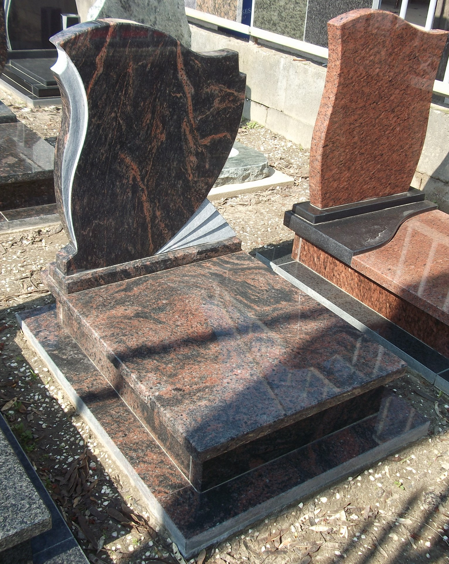 Aurora gránit urnás síremlék akciós ár 190.000 Ft