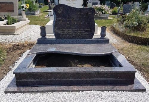 Dupla sírkövek 1,1 millió forint feletti áron